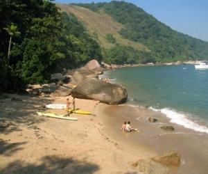 Praia deserta e com águas mansas e claras, o que a torna perfeita para mergulho e um gostoso banho de mar.