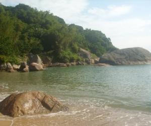 Praia deserta e com águas mansas e claras, o que a torna perfeita para mergulho e um gostoso banho de mar
