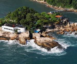 Paradisíaca Ilha ao sul do Guaruja, com praia particular e pier, onde sediasse o sede do clube de pesca de Santos, com estrutura completa de restaurante, bar e quiosque.