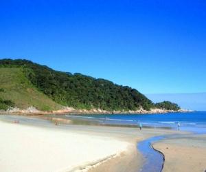 É uma praia escondida e uma das menores da ilha de Guarujá. Este lugar é excelente para banho e mergulho além de ser um lugar bem relaxante.