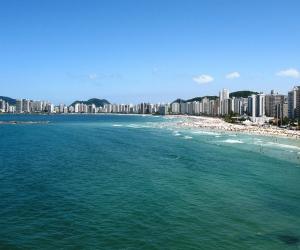 Praia urbana e bem disputada pelos banhistas, possui mar agitado e é um ótimo lugar para descansar nas areias enquanto aprecia os produtos dos quiosques.